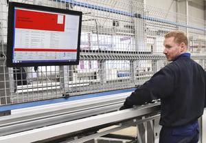 Monitore statt Papier: A+W Cantor CIM-Bildschirme zeigen dem Maschinenführer alle notwendigen Daten an.