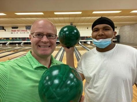 Chris Kammer, A+W Marketing Koordinator Nordamerika (links) zusammen mit Davison, einem Schützling von Big Brothers Big Sisters, bei einem Besuch im Bowling-Center.